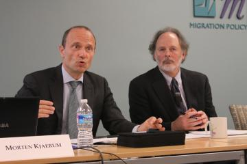 FRA Director Morten Kjaerum (l) addresses the Migration Policy Institute in Washington, 21 October 2013