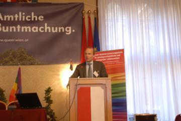 FRA Direktor Morten Kjaerum hält Einführungsvortrag auf Konferenz zur Feier des 15-jährigen Bestehens der Wiener Antidiskriminierungsstelle für gleichgeschlechtliche und transgender Lebensweisen