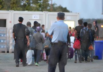 Migrants crossing the Serbian border into Opatovac, Croatia